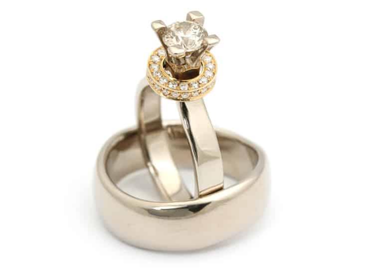 ranglering med diamant og lille rangle med små diamanter hele vejen rundt. Enkel hvidguldsring til herren