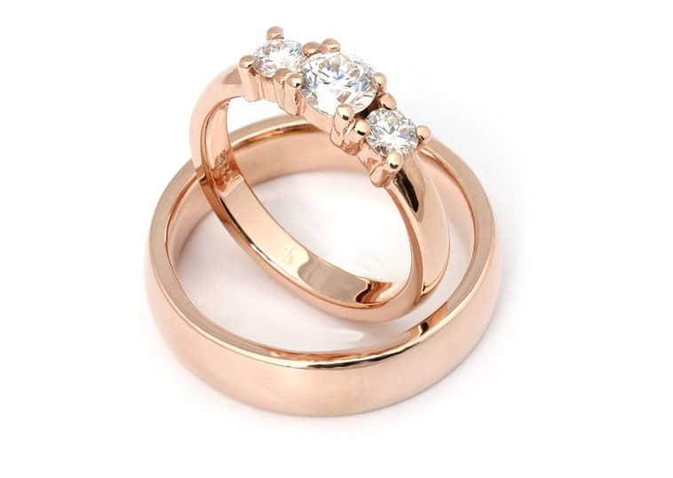 Vielsesringe rosa guld og med 3 diamanter i dameringen