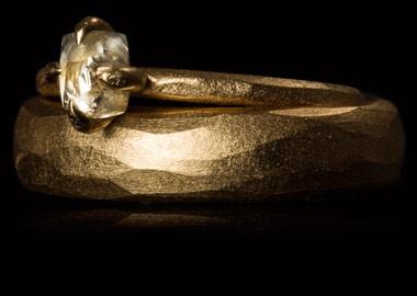Vielsesringe med rå diamant i damering