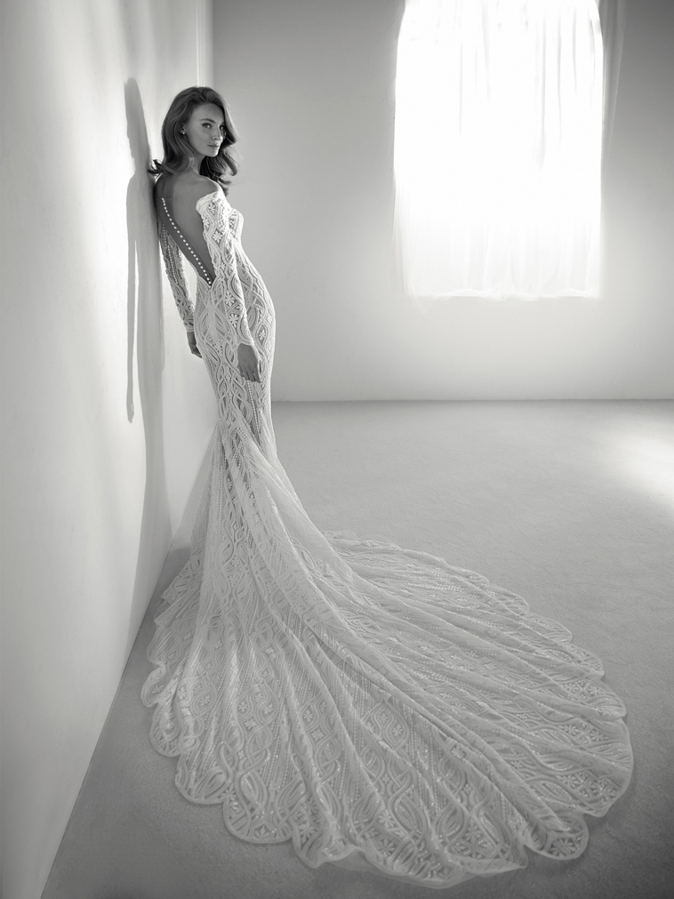 brudekjole med langt slæb og perler