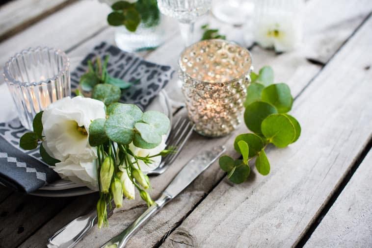 borddekoration med grønt og rustikt tema