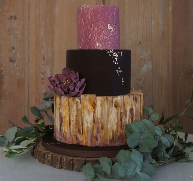 rustik bryllupskage ligner træ og lys