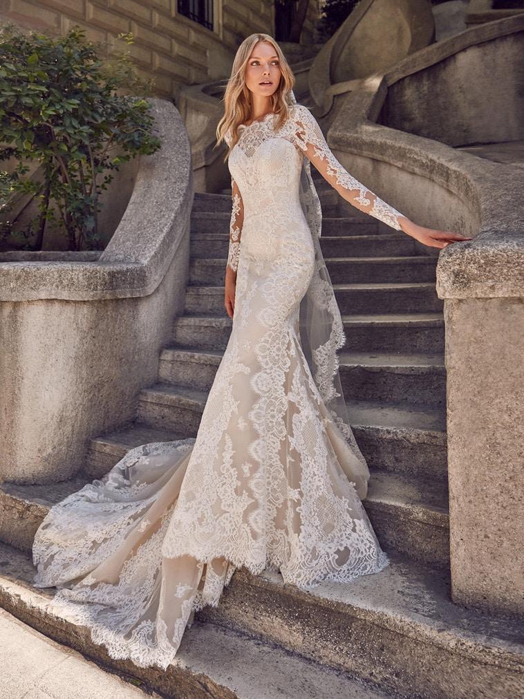 brudekjole med bådudskæring og lange ærmer