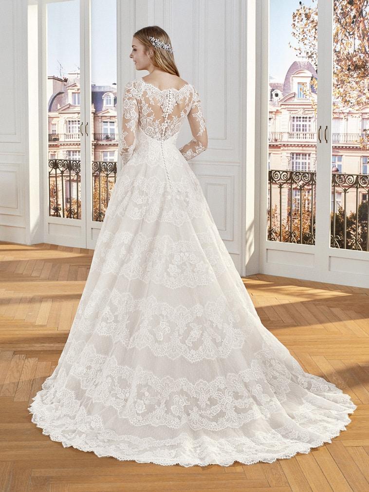 brudekjole med lange ærmer og striber af blonder på skørtet