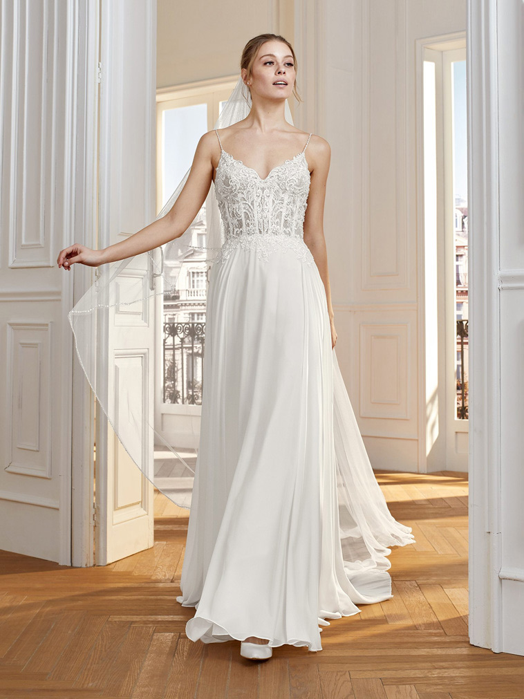 brudekjole med tynde perlebesatte stropper