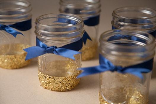 blå satin bånd på glas krukke