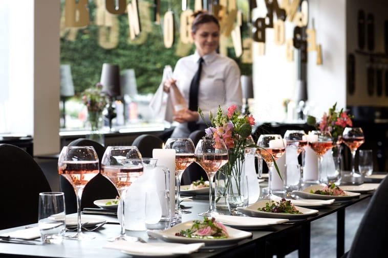 bryllupsborde dækket og rose vin i glas