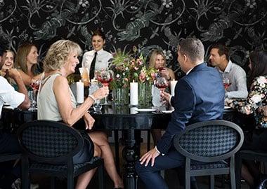 Gæster der sidder ved bord