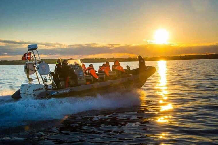 sejlbåd på vandet i solnedgang