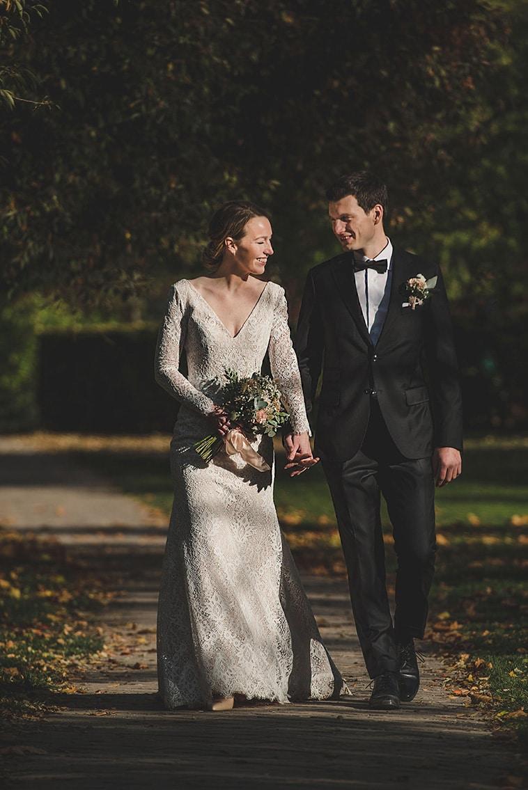Brudepar holder hinanden i hænderne