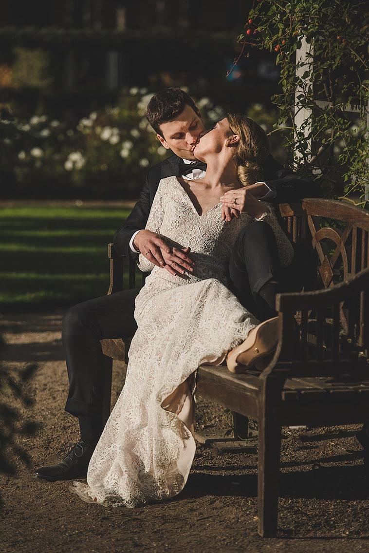 brudepar kysser på bænk
