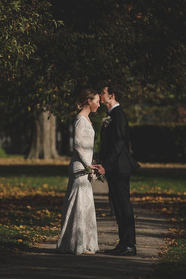 Brudepar står tæt sammen