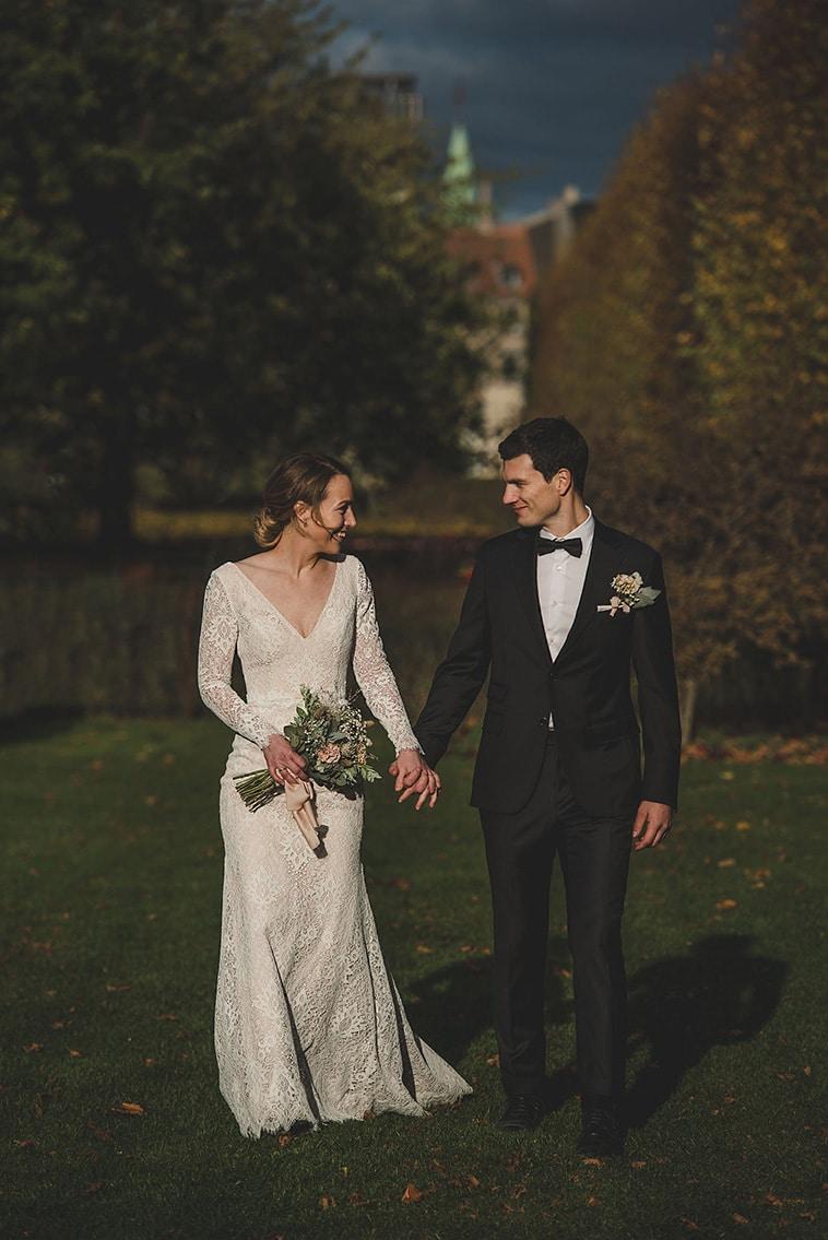 brudepar hånd i hånd