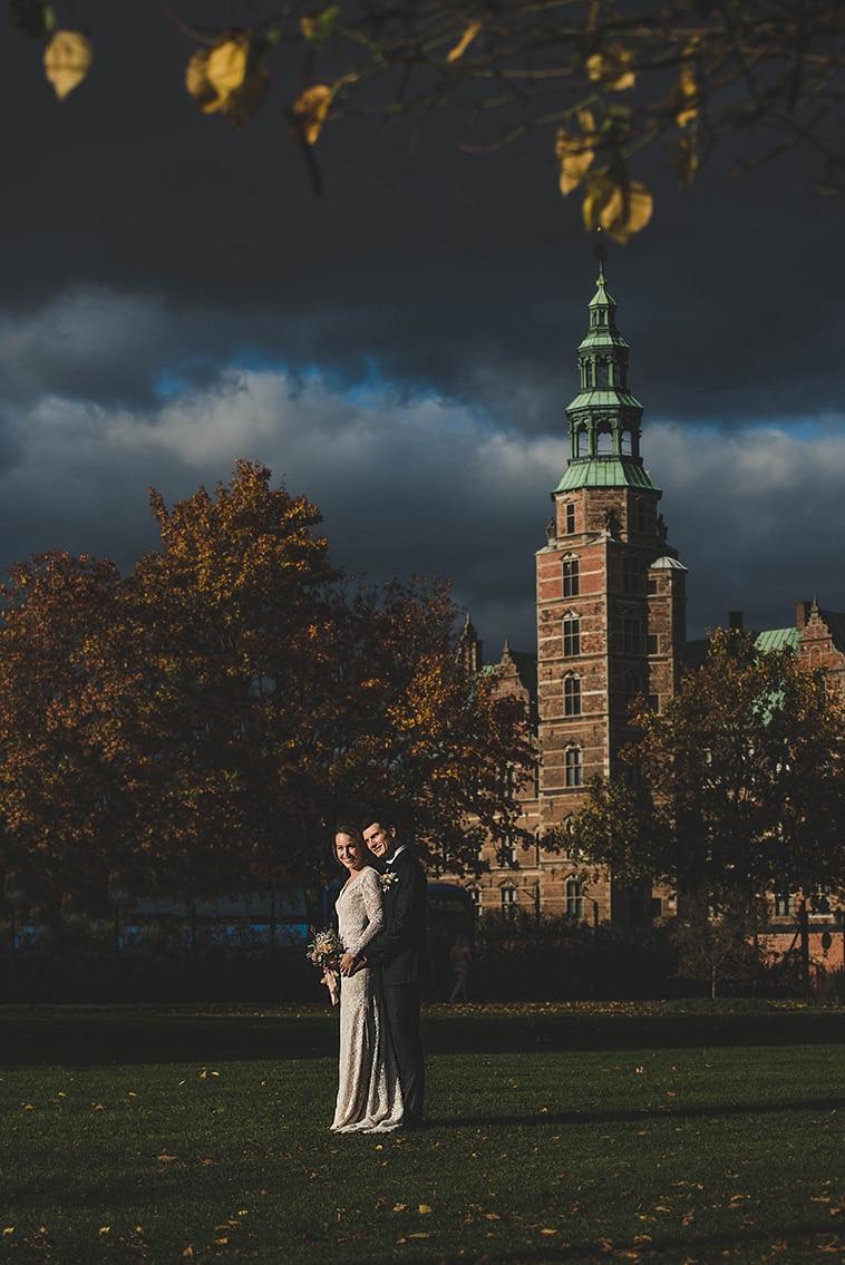 brudepar med rosenborg slot i baggrunden