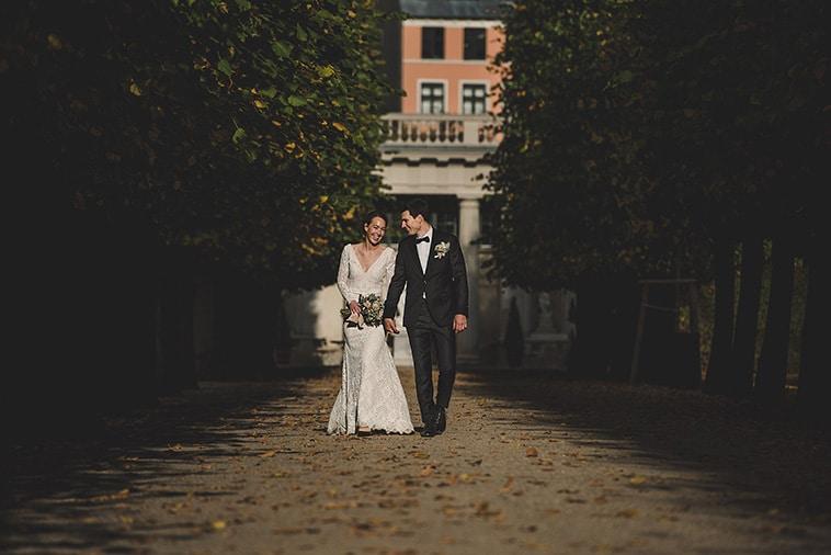 brudepar spadserer