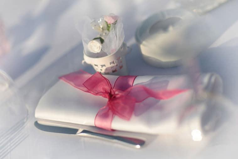 hvid servet med lyserød silkebånd