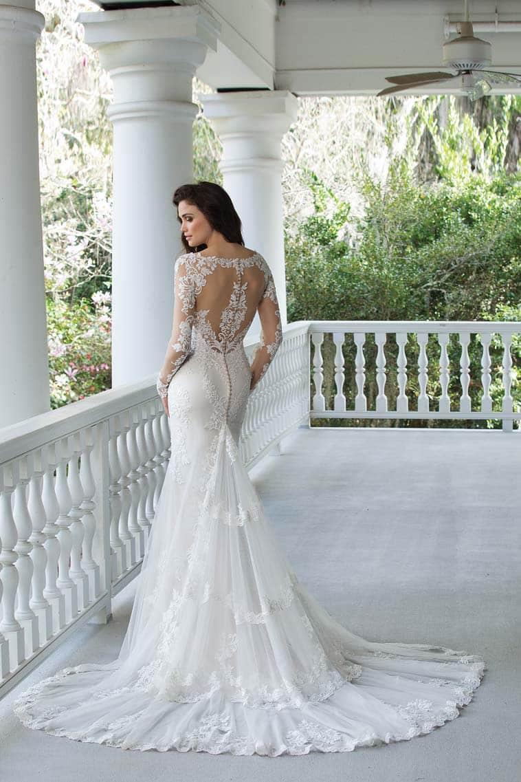 brudekjole med blonde ryg og stort slæb