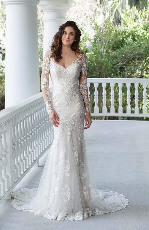 brudekjole med lange ærmer og v udskæring