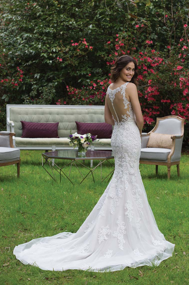 brudekjole med transparent stof på ryg og knapper