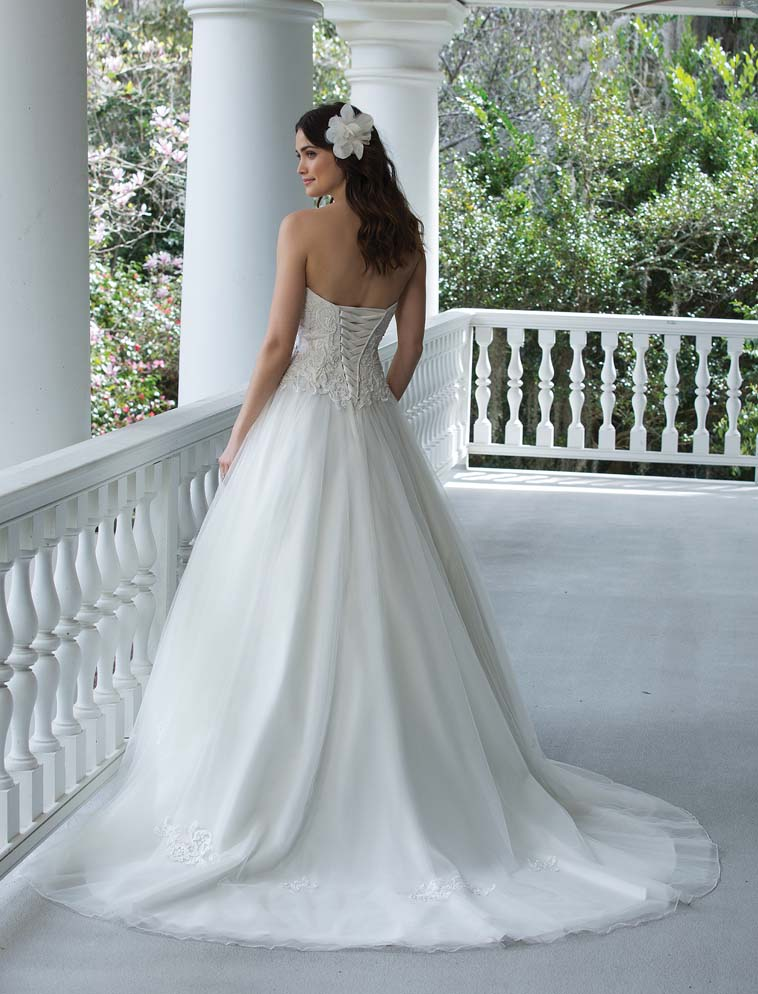 brudekjole med snører i ryggen