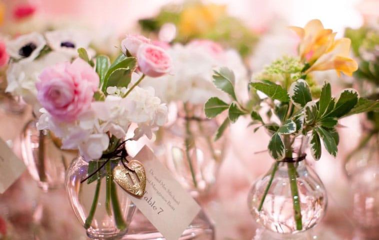 Små glasvaser med blomster