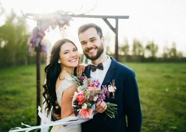 Brudepar i grønne omgivelser
