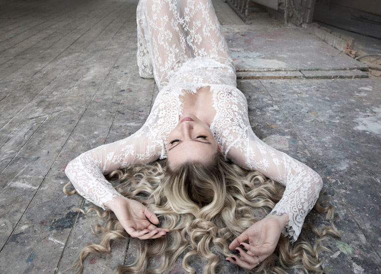 kvinde i blonde underkjole