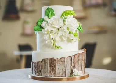 Bryllupskage med bund der ligner træstamme