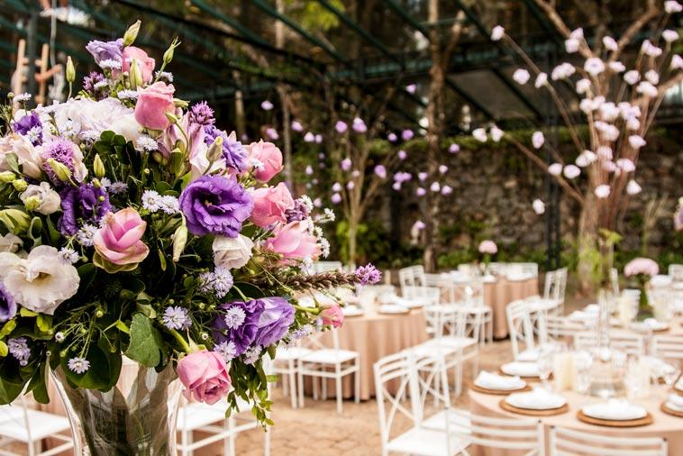 Festlokale med dækkede borde og blomster
