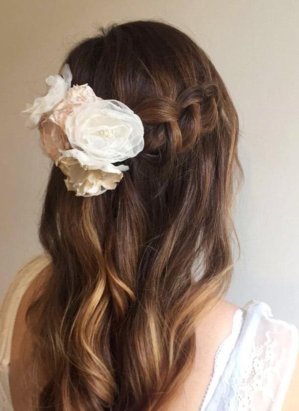 stof blomster i hår