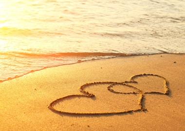 Strand med hjerter i sandet