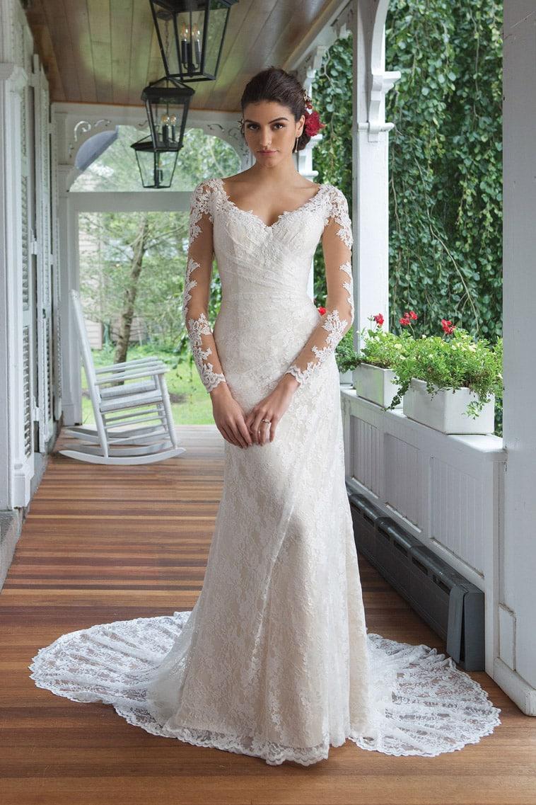brudekjole med lange ærmer, draperinger og v-hals