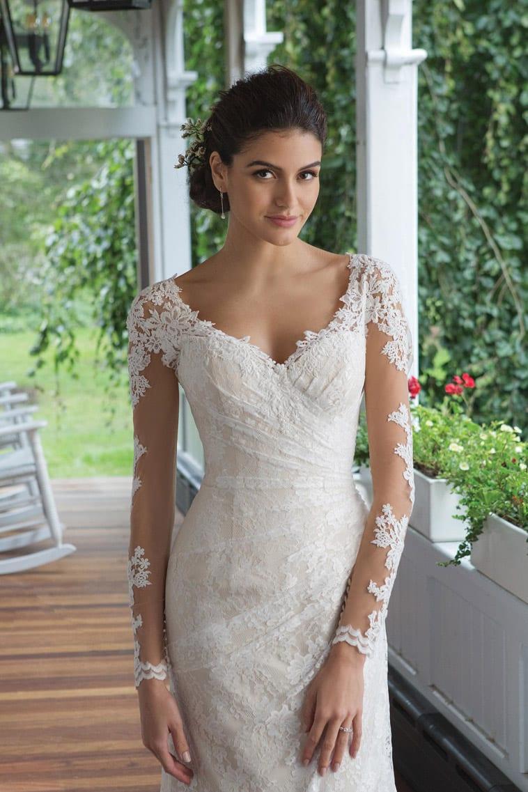 brudekjole med v-hals og draperet stof