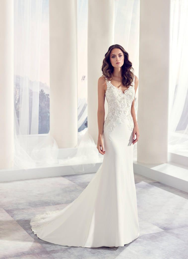 Brudekjole med stropper og v udskæring