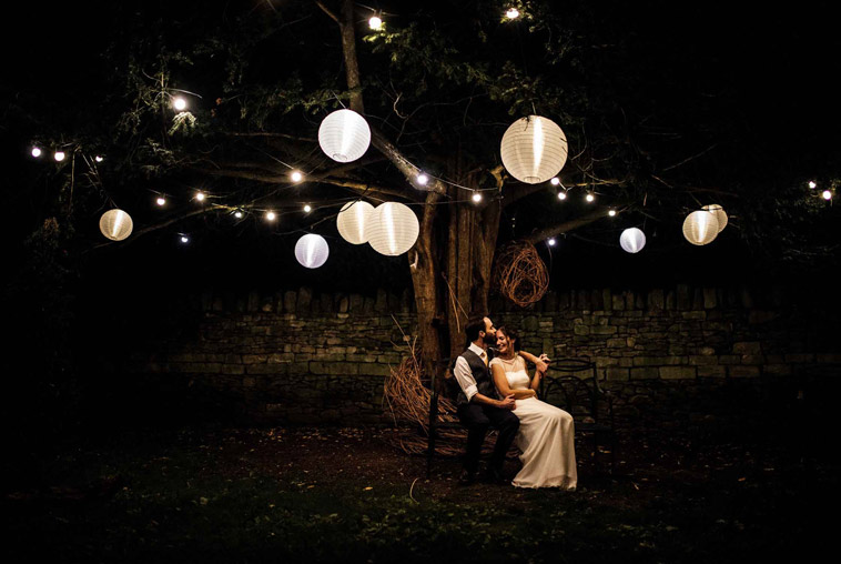 brudepar i mørket med lamper fra træ