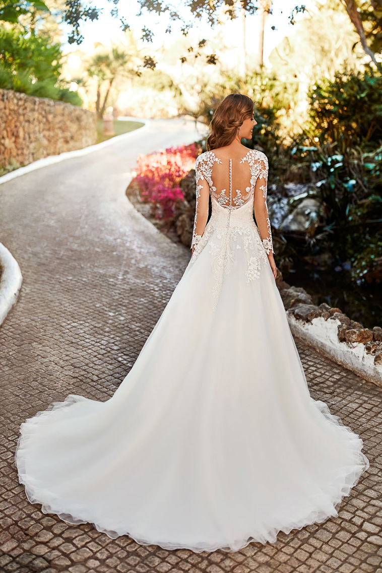 brudekjole med fine blonder og små knapper bagpå
