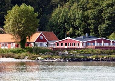 Rødt hus ved vandet