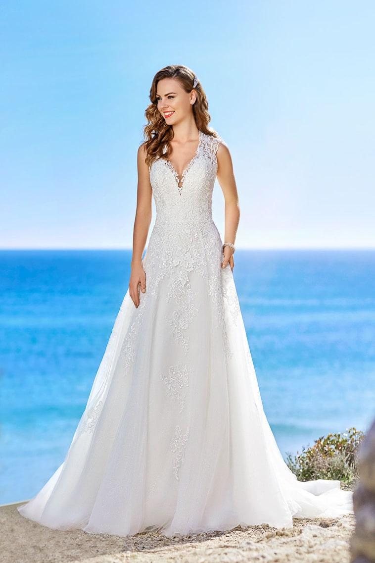 brudekjole med brede stropper og v-hals