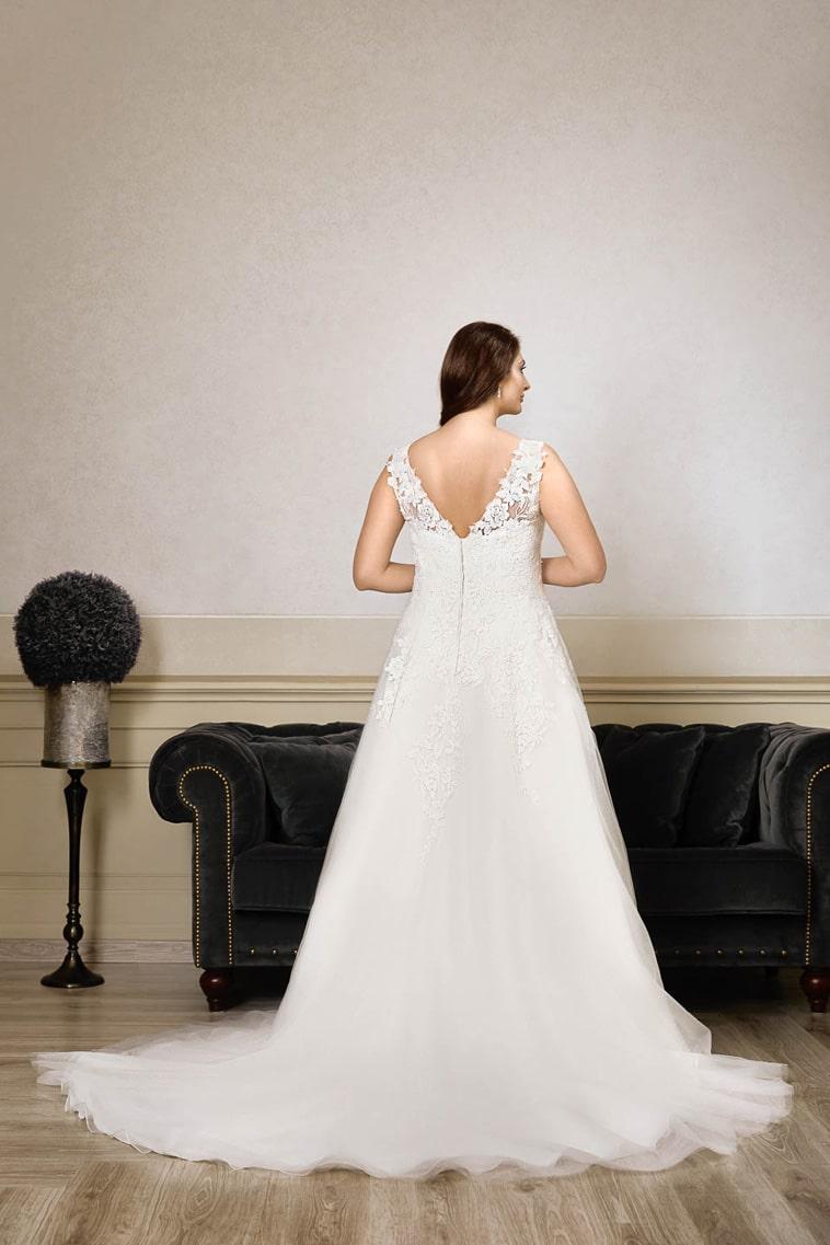 plus size brudekjole med v udskæring i ryggen