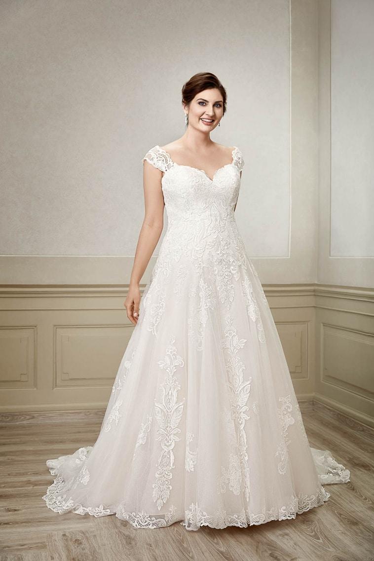 brudekjole plus size med stropper der ligger på skuldrene