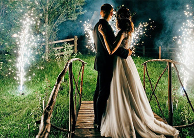 Brudepar der ser fyrværkeri i haven