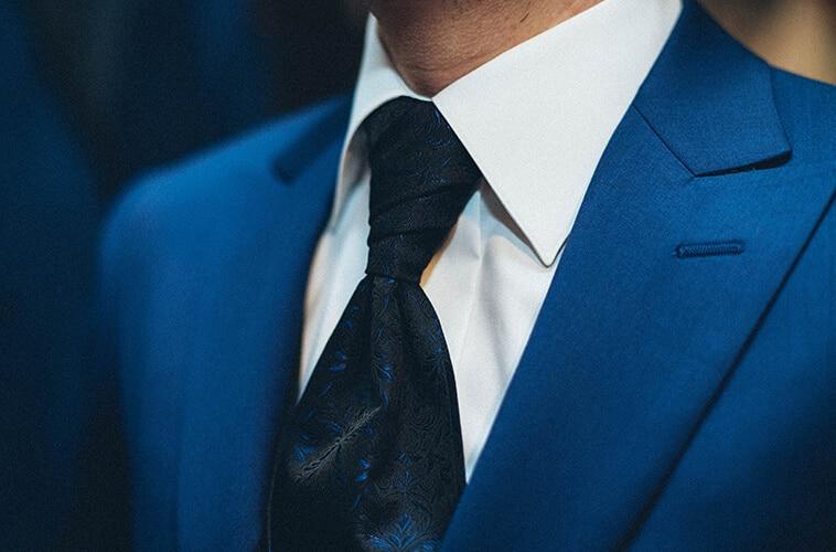 mørkeblåt jakkesæt med slips