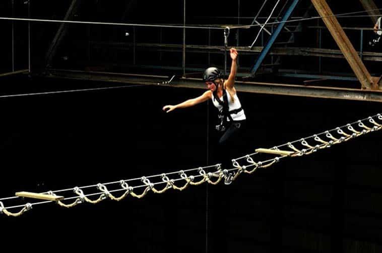 pige balancerer på high roping bane