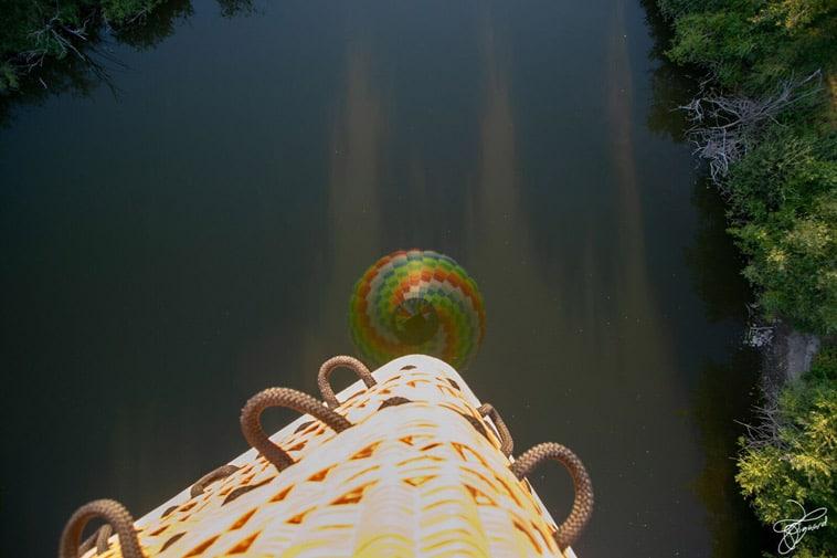 varmluftballon-genspejles-i-vand
