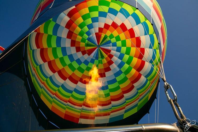 varmluftballon-og-blå-himmel