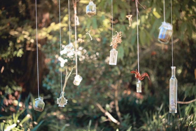 vaser-hænger-fra-træ