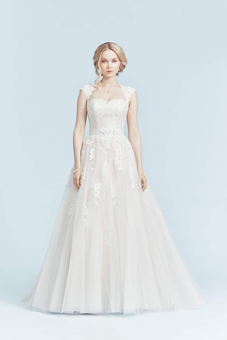 brudekjole med små blonde ærmer