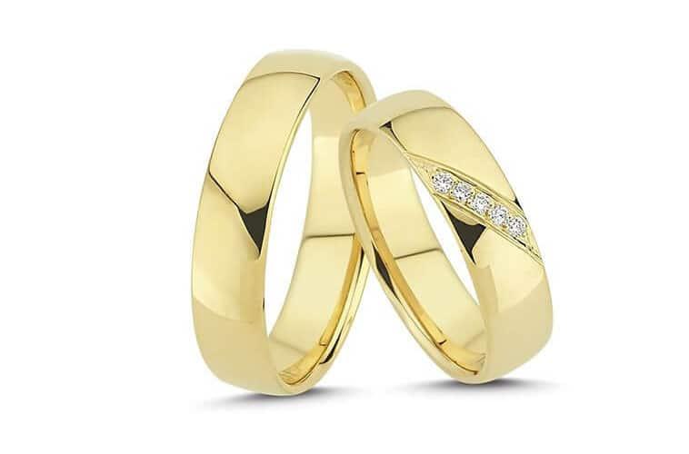vielsesringe-i-gul-med-diamanter-diagonalt