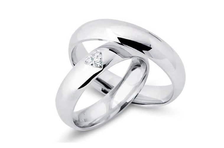 vielsesringe-sølv-med-3-zirkoner der danner et hjerte