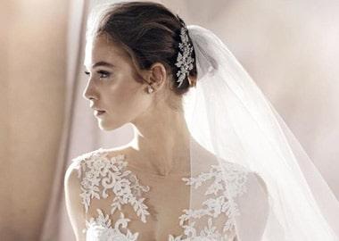 Brudekjole med meget fin blonde overdel